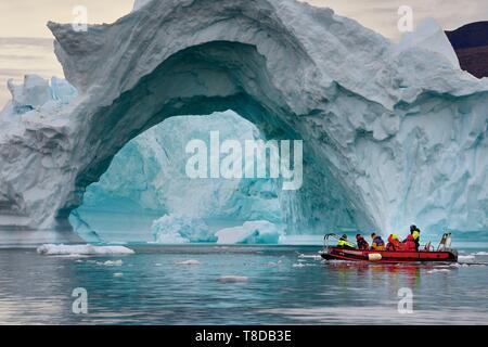 Le Groenland, côte nord-ouest, vers le fjord d'Inglefield Qaanaaq, iceberg formant un arc et une exploration du zodiaque MS Fram navire Hurtigruten de cruse Banque D'Images