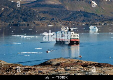 Le Groenland, côte nord-ouest, le détroit de Smith au nord de la baie de Baffin, la terre d'Inglefield, site d'Etah, aujourd'hui abandonné le camp inuit qui a servi de base à plusieurs expéditions polaires, MS Fram cruche de navire à l'ancre à Hurtigruten fjord Foulke Banque D'Images