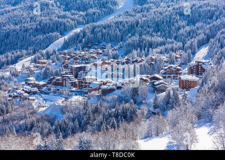 France, Savoie, Tarentaise, La Tania est une des plus grandes station village de France, au coeur des Trois Vallées (Les Trois Vallées), l'un des plus grands domaines skiables au monde avec 600 km de sentiers balisés, partie ouest du Massif de la Vanoise (vue aérienne) Banque D'Images
