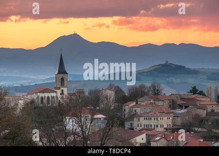 France, Puy de Dome, à Egliseneuve pres Billom dans le Parc naturel régional du Livradois Forez et dans l'arrière-plan le Parc Naturel Régional des Volcans d'Auvergne