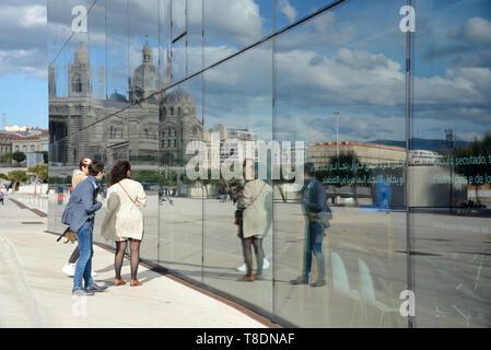 Les touristes à la recherche de reflets d'eux-mêmes dans le miroir de verre MUCEM Musée des civilisations méditerranéennes et européennes Marseille Provence France Banque D'Images