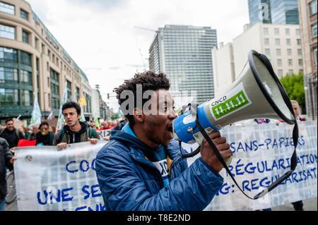 Bruxelles, Belgique. 12 mai, 2019. Un homme noir est vu criant des slogans à l'aide d'un mégaphone pendant la marche.Des milliers de personnes se sont réunies à la Gare du Nord à Bruxelles, lors d'une marche pour le climat et la justice sociale pour tous. Avec l'imminence des élections européennes, plusieurs organisations ont lancé cette démonstration d'unir le mouvement climatique, pour la justice sociale et contre le racisme, de défendre leurs droits fondamentaux. Credit: Ana Fernandez/SOPA Images/ZUMA/Alamy Fil Live News