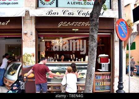 Palma de Majorque, Espagne - 12 mai 2018: Les gens magasinent à Giovanni Gelateria L store sur le la plus grande île des Baléares de Majorque, au large de la côte de l'al. Banque D'Images