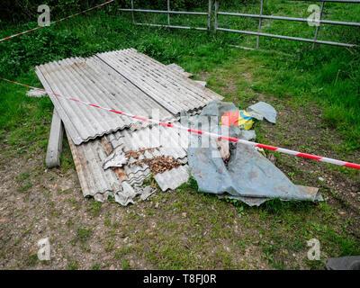 Les décharges sauvages UK - Une pile de l'amiante à voler dans une zone rurale dans le Cambridgeshire UK Banque D'Images