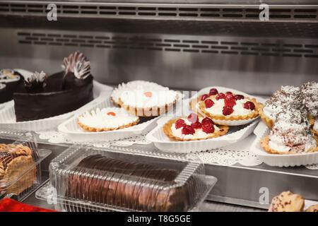 Vitrine réfrigérée avec de délicieux desserts en supermarché Banque D'Images