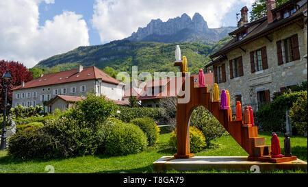 Sculpture par Cecil d'Estienne réalisé à l'occasion du 1000e anniversaire de l'abbaye de Talloire, Talloire, lac d'Annecy, Haute-Savoie, France Banque D'Images