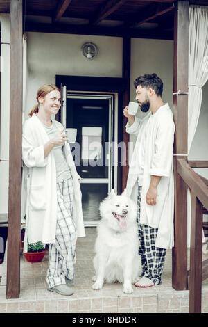 Happy smiling bon appétissants sleepy man and woman boire le café du matin Banque D'Images