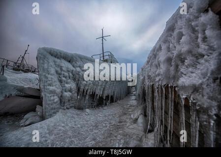 Bateaux gelés à port d'Olkhon, Sibérie, Russie