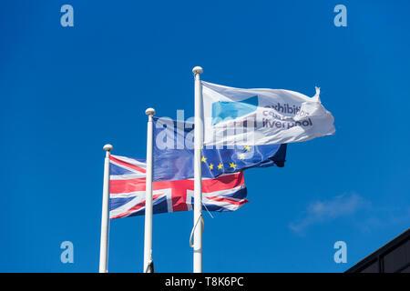 Union Jack et de l'Union européenne en dehors de la drapeaux Liverpool d expositions sur Kings Dock Liverpool, partie de l'ACC Liverpool Groupe. Banque D'Images