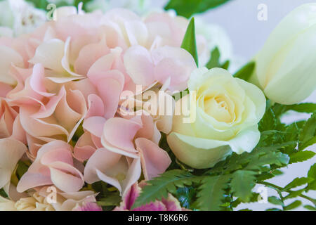 Des fleurs de mariage bouquet de mariée, libre. Déco a des roses et des plantes décoratives, close-up Banque D'Images