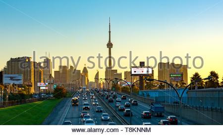 Toronto, Canada- 12 juillet 2017: sur les toits de la ville y compris la Tour CN au cours de l'aube. Point de vue de l'autoroute Gardiner qui est l'un des plus Banque D'Images