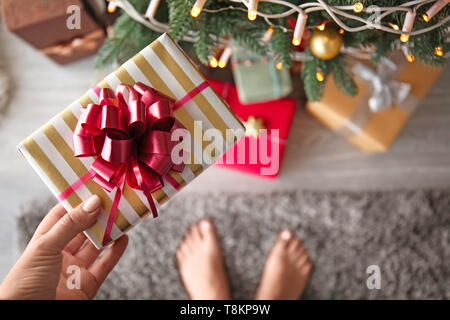Woman holding Christmas Gift, gros plan Banque D'Images