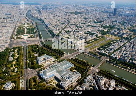 France, Paris (75), zone classée au Patrimoine Mondial de l'UNESCO, vue générale de Paris avec le Grand Palais, l'Hôtel des Invalides le Jardin des Tuileries et la Tour Montparnasse (vue aérienne) Banque D'Images