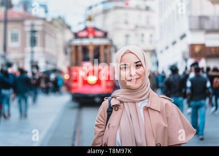 Portrait de belle femme musulmane en foulard et des vêtements modernes à la mode est à la rue Istiklal,Istanbul,Turquie.Modern style femmes musulmanes Banque D'Images