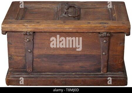 Un cercueil rhénane gothique tardif, vers 1540 en bois de chêne avec une fine patine de l'âge. Corps rectangulaire dans la construction du châssis apposé par des chevilles en bois. L'avers avec deux panneaux avec remplages gothique finement sculpté, les côtés avec d'ogive et arches. remplages L'avers avec trou clé et serrure d'origine, la clé remplacé. Couvercle à charnière avec bande originale raccords et fer à repasser. La base et le haut du dos avec de vieux sites. Taille 14 x 26,5 x 16 cm., historique historique, Artisanat, Artisanat, Artisanat, objet, objets, alambics, clipping, coupures, Additional-Rights Clearance-Info, coupe--Not-Available Banque D'Images