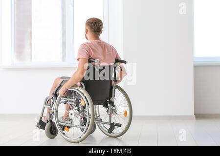 Jeune homme non valide dans la salle vide Banque D'Images