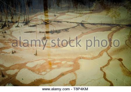 Close-up de la pollution de l'eau sur des terres autrefois utilisé par l'industrie du ciment, Kent, UK Banque D'Images