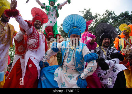 Vu les artistes vêtus de costumes traditionnels tout en dansant pendant le spectacle de Kolkata. Bharatiya Janata Party (BJP) président Amit Shah le mardi a tenu une mega roadshow à Calcutta avec l'appui des candidats du parti de l'avant de la phase finale de la Lok Sabha sondages. Banque D'Images