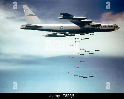 """Une armée de l'air Boeing B-52F-70-BW Stratofortress (s/n 57-0162, surnommé 'Casper the Friendly Ghost"""") de la 320th Bomb Wing tomber Mk 117 750 lb (340 kg) de bombes sur le Vietnam."""