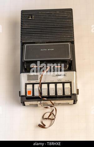 Un lecteur de cassette avec une cassette cassée. Banque D'Images