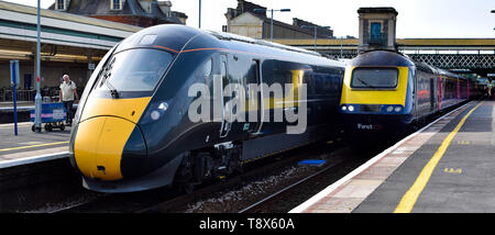 Ancien vs nouveau, une classe 43 TVH est à côté d'une toute nouvelle classe de service 800 GWR London Paddington à Exeter St Davids station. Banque D'Images
