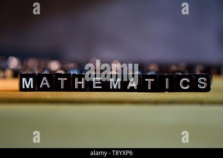 Concept Mathématiques des blocs de bois sur la table. Avec le développement personnel, l'éducation et de motivation concept sur arrière-plan flou Banque D'Images