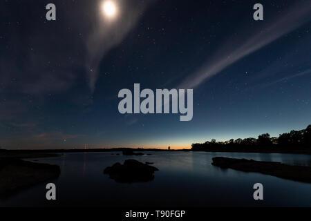 Paysage de nuit avec lune dans le marais de Valdesalor. L'Estrémadure. L'Espagne. Banque D'Images