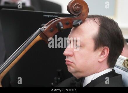 Moscou, Russie. Apr 29, 2019. Moscou, Russie - le 29 avril 2019: un musicien jouer a la basse. Vyacheslav Prokofyev/crédit: TASS ITAR-TASS News Agency/Alamy Live News Banque D'Images