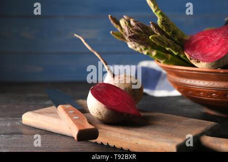 Betteraves fraîches aux asperges sur table en bois foncé Banque D'Images