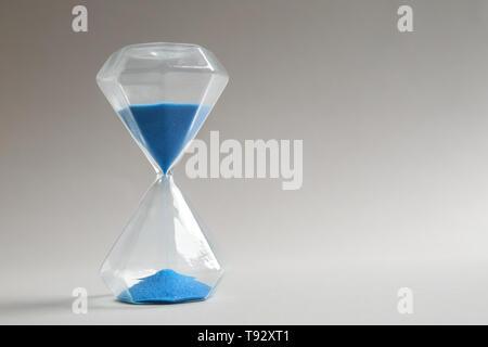 Sablier de cristal sur fond clair Banque D'Images