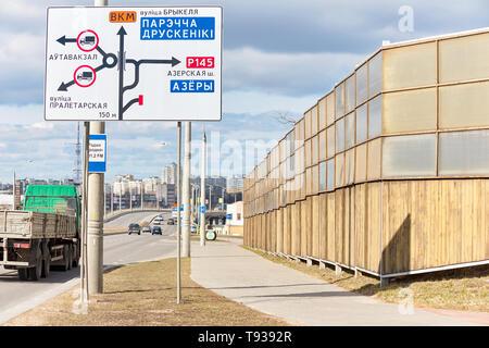 Minsk, Bélarus - Mars 2019: panneaux acoustique le long freeway dans la ville. Concept de protection des bâtiments résidentiels de la pollution sonore à l'aide de sou Banque D'Images