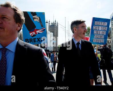 La place du Parlement, Westminster, Londres. Le 16 mai 2019. Les manifestants pour et contre l'Brexit avec Jacob Rees Mogg MP Banque D'Images