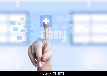 Infirmière toucher symbole plus transparente sur l'écran comme medicine concept futuriste