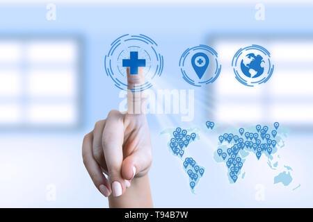 Femme medic croix médicale touchant sur l'écran invisible avec carte du monde