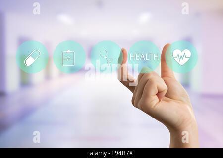 Femme médecin de santé Présentation du texte sur l'écran transparent avec les doigts comme concept futuriste