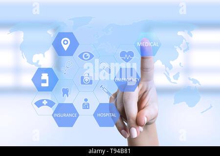 En appuyant sur le bouton femme infirmière médicale à l'écran avec des symboles et carte du monde en arrière-plan