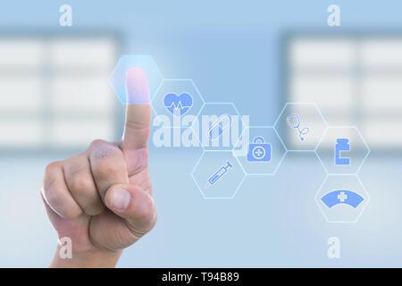 Médecin homme bouton vide toucher avec l'index sur l'écran transparent comme concept de la technologie moderne