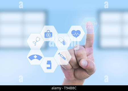 Medic man pressing healthcare bouton en utilisant l'index sur l'écran invisible avec des symboles