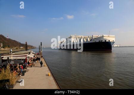 Navire porte-conteneurs sur Elbe au quai Blankenese, Hambourg, Allemagne, Europe