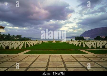 La Souda Bay War Cemetery est un cimetière militaire administré par la Commission des sépultures de guerre du Commonwealth à la baie de Souda, en Crète, Grèce. Il contient buria Banque D'Images