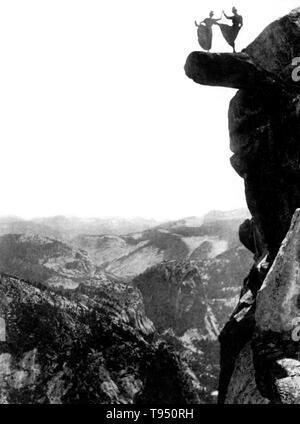 Deux jeunes femmes pour approfondir leurs talons jusqu'au sommet de Glacier Point. Les femmes ont été Kitty Tatch et Katherine Hazelston, serveuses au Yosemite National Park hôtels. Glacier Point est un point au-dessus de la vallée Yosemite, en Californie, États-Unis. Il est situé sur le mur sud de la vallée Yosemite, à une altitude de 7 214 pieds. Le point offre une vue superbe sur plusieurs de Yosemite National Park est bien connue comme la vallée Yosemite, Yosemite Falls, demi-dôme, Automne, Nevada Vernal Fall, et les nuages se reposer. Photographié par George Fiske, 1890.