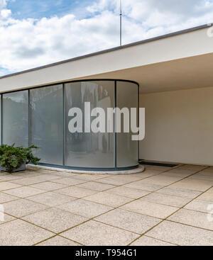 La grande entrée de verre courbé à la Villa Tugendhat à Brno en République tchèque. Conçu par l'architecte Mies van der Rohe. Terminé en 1930. Banque D'Images