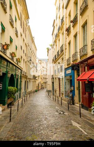 Paris, France - 24.04.2019: Old street à Paris, France. Paysage urbain confortable de Paris. Architecture et monuments de Paris. Banque D'Images