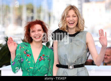 "Cannes, France. 16 mai, 2019. Victoria Miroshnichenko (L) et Vasilisa Perelygina poser lors d'un photocall pour le film 'Beanpole"" présenté dans la section Un Certain Regard lors du 72e Festival du Film de Cannes, France, le 16 mai 2019. Credit : Gao Jing/Xinhua/Alamy Live News Banque D'Images"
