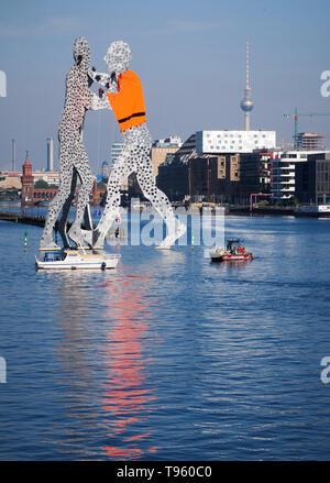 Berlin, Allemagne. 17 mai, 2019. L'œuvre de militants Hang Man par molécule sculpteur américain Jonathan Borofsky sur la rivière Spree et ont l'une des figures de la mettre sur un gilet de sauvetage. Ils ont protesté contre la politique des réfugiés européens. Credit: Annette Riedl/dpa-Zentralbild/dpa/Alamy Live News