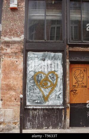 Graffity mur et fenêtre dans le centre ville de Paris