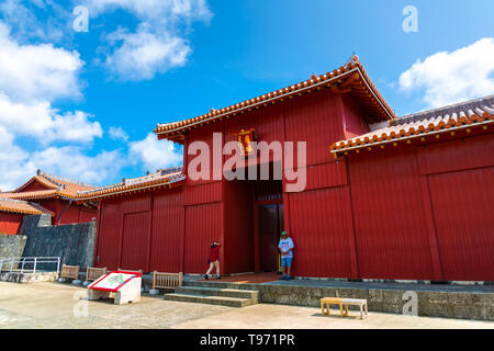 Shureimon porte dans château Shuri à Okinawa, au Japon. La tablette en bois qui orne le gate dispose de caractères chinois qui veut dire terre d'Opportunité