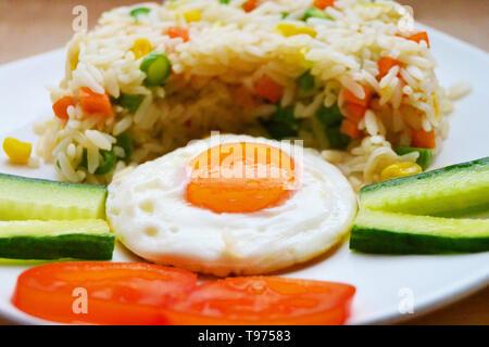 Riz frit, Nasi Goreng, indonésiennes traditionnelles de nourriture pour le petit déjeuner, le déjeuner ou le dîner Banque D'Images
