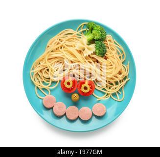 Plaque avec spaghetti et couper des saucisses sur fond blanc Banque D'Images