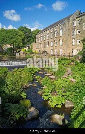 UK,Derbyshire, Peak District,Bamford Weir et moulin sur la rivière Derwent Banque D'Images
